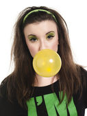 Photo portrait of a beautiful young woman blowing bubble gum