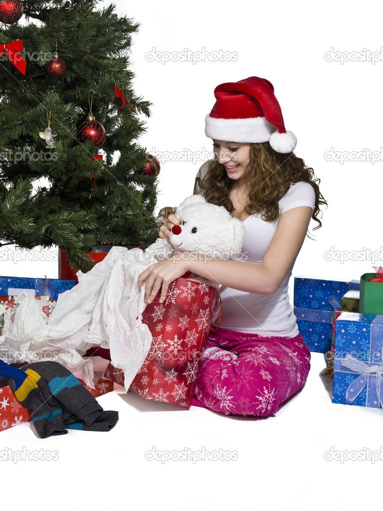glückliche junge Frau öffnen ihr Weihnachtsgeschenk — Stockfoto ...