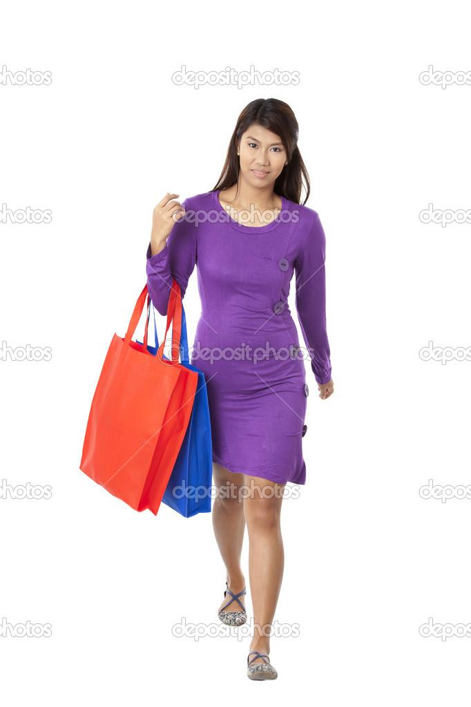 asiatische Modell mit wiederverwendbare Einkaufstaschen — Stockfoto ...