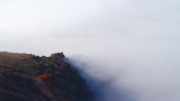 hustá mlha přes horský hřeben