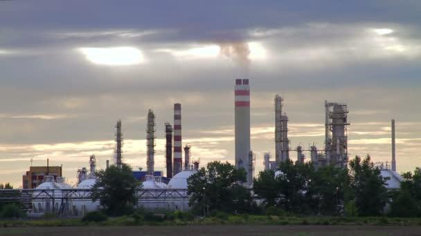 západ slunce na ropné rafinerie