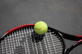 Fotografie tenisovou raketu a míček网球拍和球