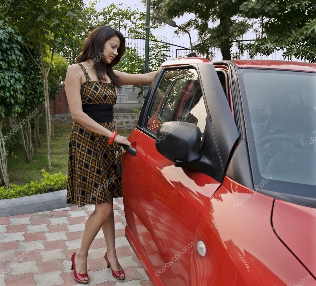 femme debout c t d 39 une voiture photographie iphemant 42386827. Black Bedroom Furniture Sets. Home Design Ideas