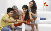 Fotografie Familie im Wohnzimmer