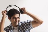 Fényképek fiatal srác hallgat zenét
