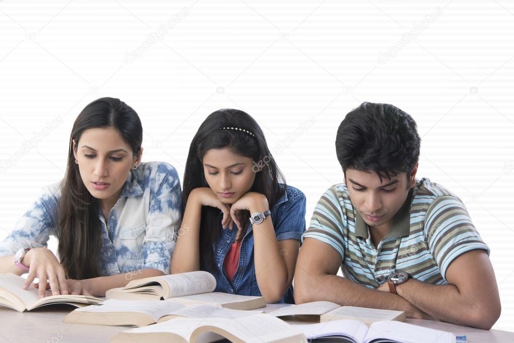Jóvenes Estudiantes Leyendo Libros