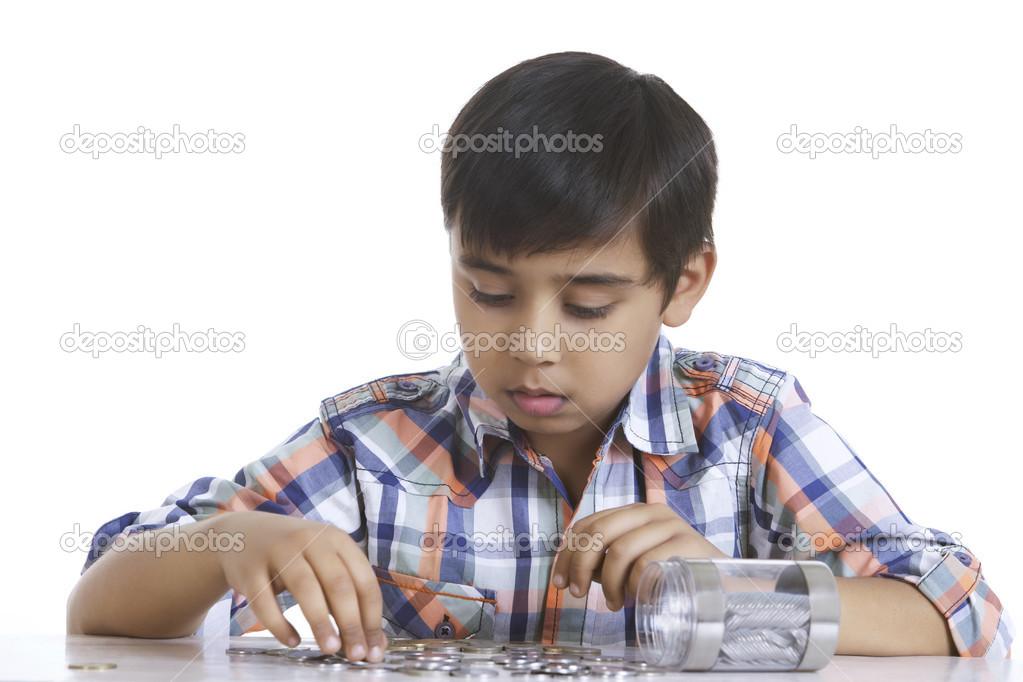 Niño contando monedas en la mesa — Fotos de Stock © iphemant #51099125