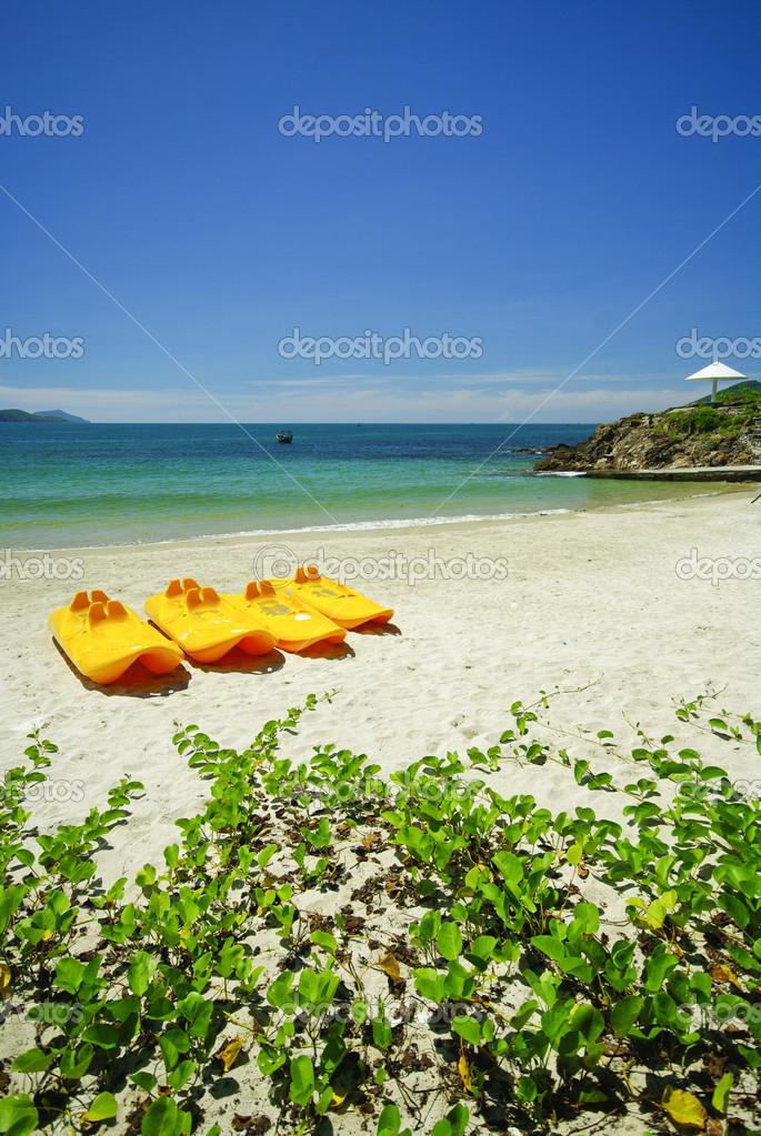 Barche a remi sulla spiaggia di sabbia bianca e mare color - Immagini di spongebob e sabbia ...