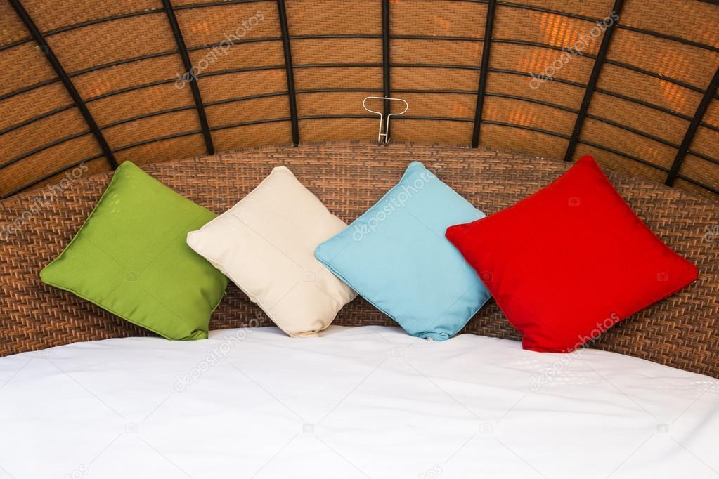 Kleurrijke kussen op hotelbed met ruimte voor tekst u stockfoto