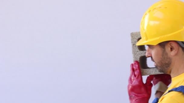 tvůrce s pracovní utěrky nestůjte na žebříku