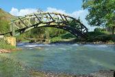 pěkný dřevěný oblouk mostu spodní pohled