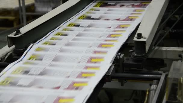 Tisknout závod továrny, časopis linie sběr po absolvování tiskové válečky do složky a tiskových jednotek