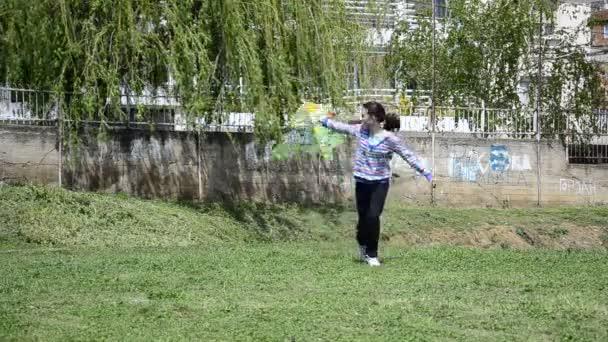 ragazza corre alla macchina fotografica con aquilone