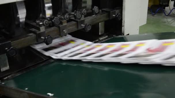 dokončení brožury časopis jde na balicí linky, poté, co je vytištěno na webu ofsetové přístupů nastavené tiskárně