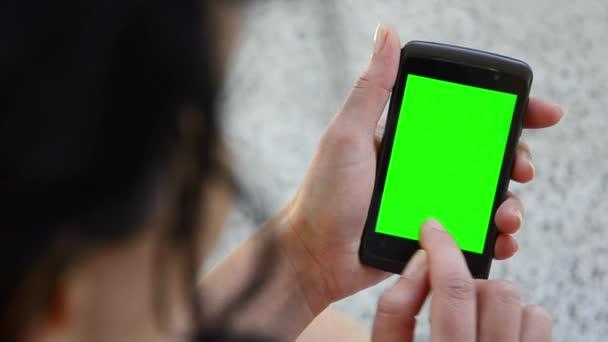 podnikání žena pomocí smartphone touchscreen chroma klíč-Close-up
