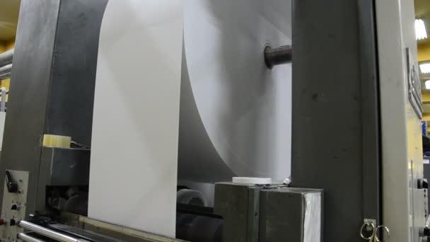 Tisknout vstřikolisovny, obrovské role papíru do podavače