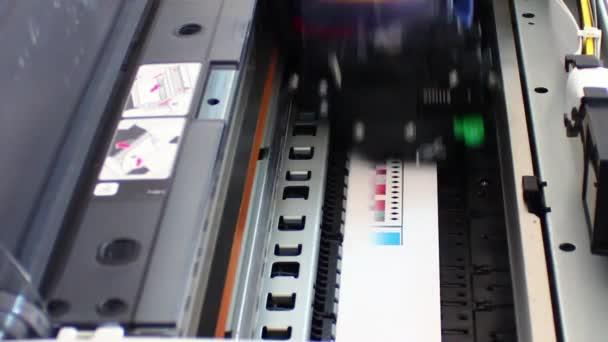 počítačové tiskárny hlavu v akci