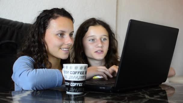 dívky s laptopem