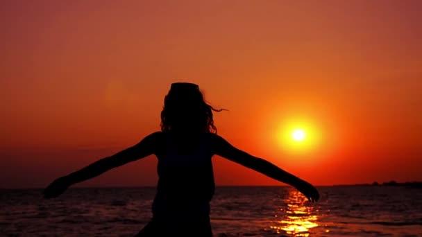sziluettje tini a tengeri naplemente
