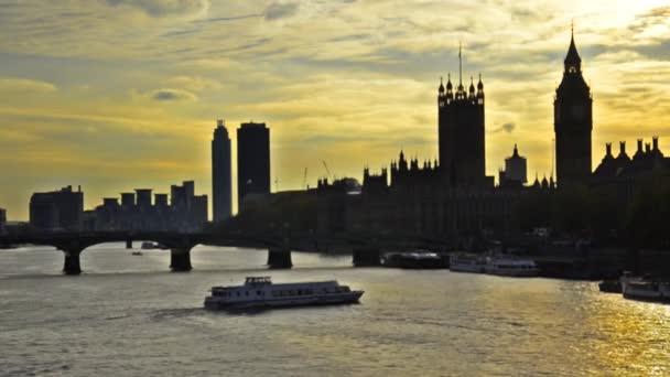 Londýnská obloha při západu slunce