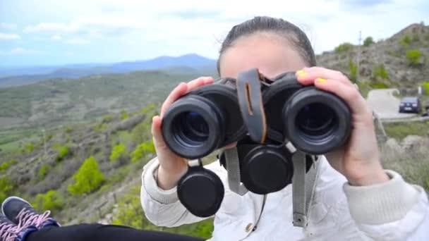 a hegy csúcsa távcsővel lány