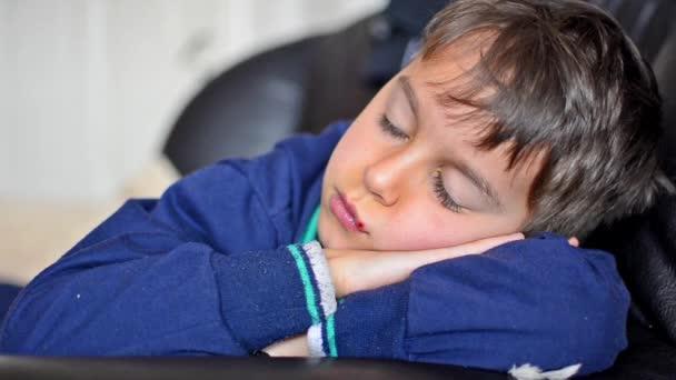 Ospalý Boy zobrazeno mlčení znamení