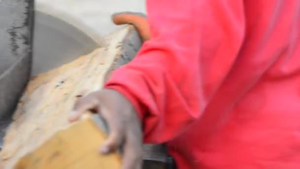 špalky dřeva s kotoučovou pilou