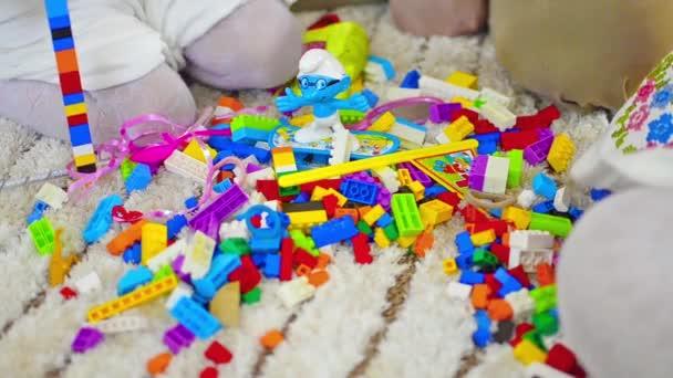 bambino che gioca con cubi giocattolo