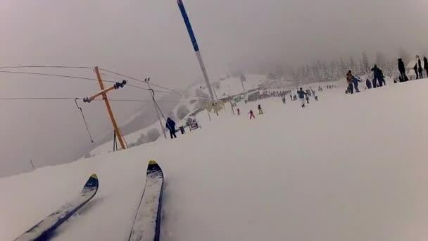 lyžař vytáhl horní lyže lope