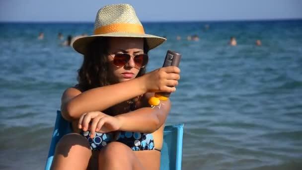 dívka použitím sun block krém na ruce