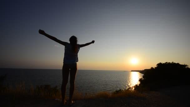 žena na ocean beach těší její svobodu v přírodě