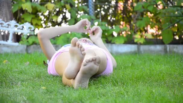 dívka se stanoví v trávě