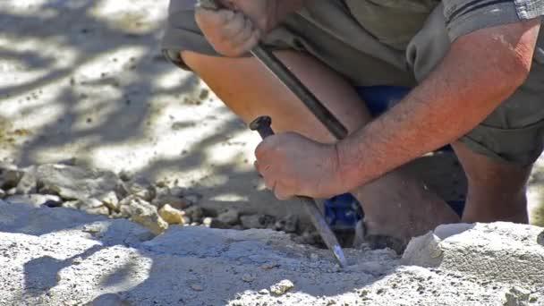 pracovník bít betonového bloku