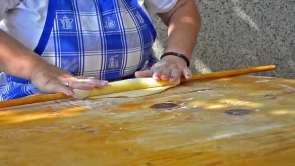 kuchař rohlíky těsta srovnat na dřevěný stůl