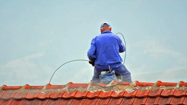 zametač práce na střeše