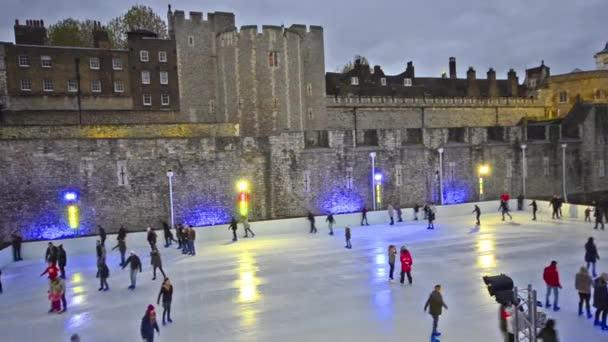 soumrak lední bruslení scéna na kluzišti u Toweru