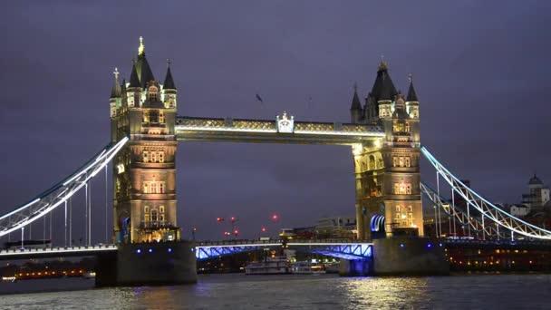 Tower bridge v Londýně v noci