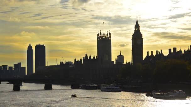 dům parlamentu a big ben na březích řeky Temže v Londýně