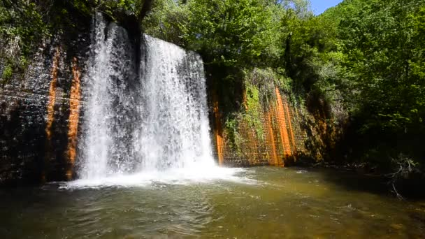vodopád v hlubokém lese