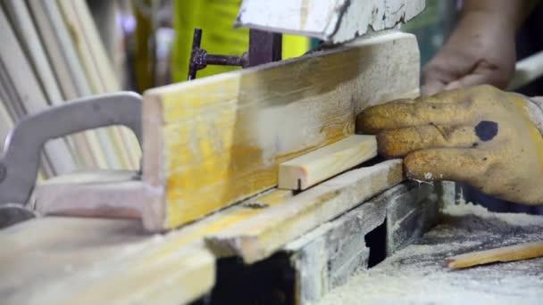 Spatřil tesařské řezání dřeva na kotouče