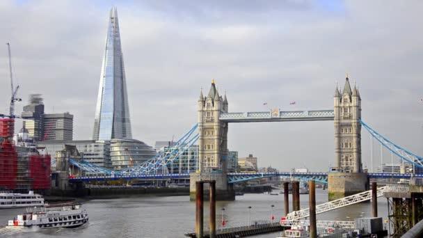 Lodě s kolem Tower Bridge v Londýně