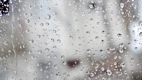 dešťové vody klesne na skle okna