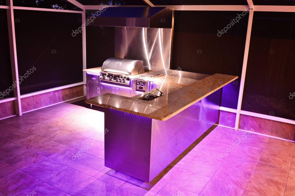 Outdoor Küche Beleuchtung : Outdoor küche mit rosa beleuchtung u2014 stockfoto © jhphotography #13358316