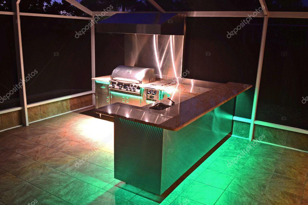 Cucina esterna con illuminazione verde u foto stock
