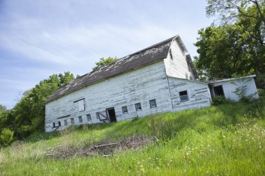 Old, dilapidated white barn in the midwest