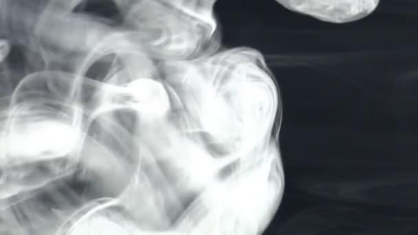 výbuch a kroužek kouře