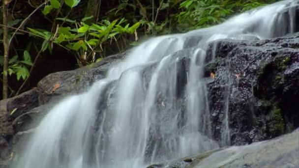 čas zanikla thajské vodopád se smyčka 10413