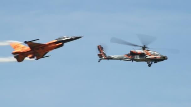 elicottero ah-64 Apache f-16 volare insieme 10950
