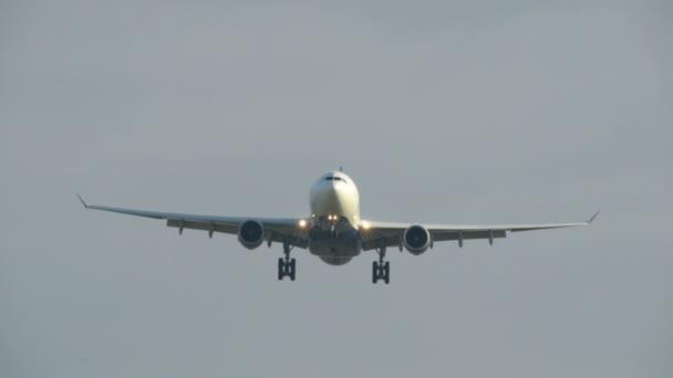 letadla létají nad super úzké 11048