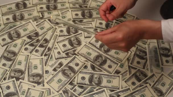 podnikatel drží hořící peníze vystřihnout